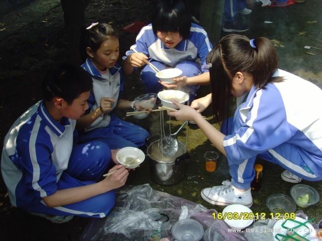 美华小学组织六年级学生