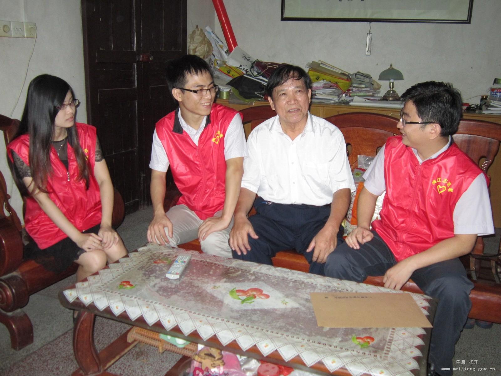 张贤亮/8月28日下午,梅江区团委副书记张贤亮和《梅州日报》记者、...