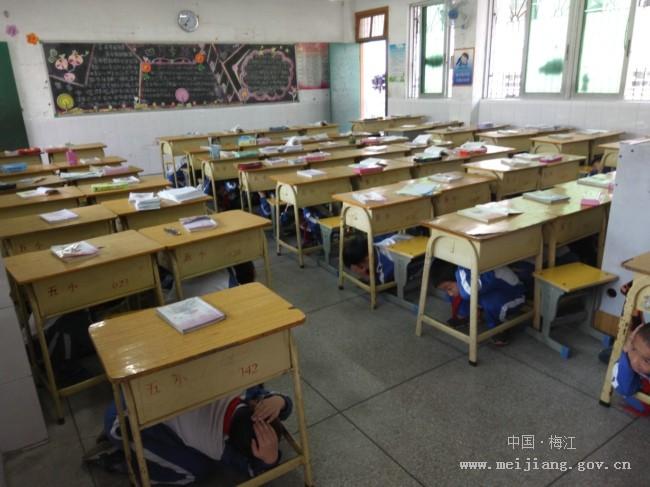 """小学 防震 演练/4月10日上午8点,五洲小学根据学校实际情况制订了""""学校防震..."""